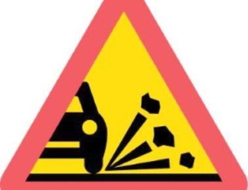 Varning för lösgrus, sprickor och potthål!